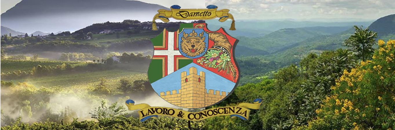Brasão sobre paisagem do Vêneto e da Serra Gaúcha.