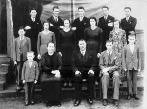 Família de José Dametto e Maria Simon (c. 1940). 1.a fila: João, Maria e José, Fidélis, Orestes. 2.a fila: Antonio, Orelia, Angelina, Filotéa, Rosa. 3.a fila: Angelo, Roberto, Elias, Francisco, Victo