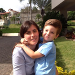 Sidiane Sbeghen Dametto com o filho Augusto.
