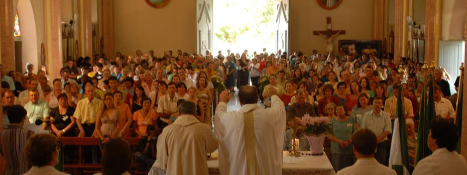Missa do primeiro encontro da Família Dametto, celebrada pelo padre Miguel Dametto e o vigário da paróquia de Anta Gorda - RS.