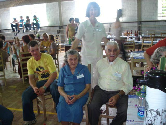 Tia Maria Slaviero e tio Agostinho Parisotto, Eugênia Dametto (em pé).