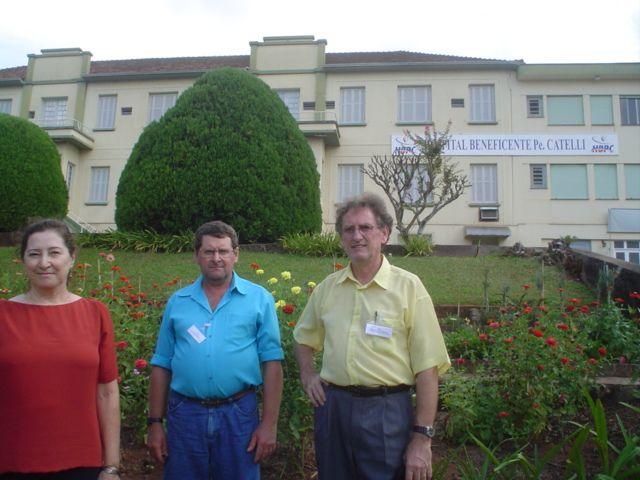 Irmãos Elzira, Mario e Irio Dametto, em frente ao Hospital Pe.  Catelli.