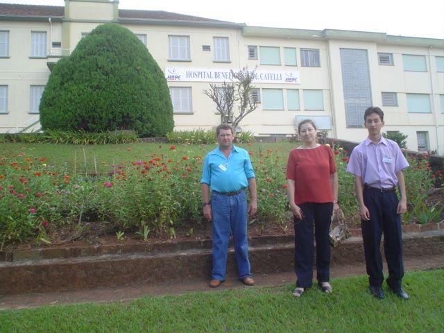 Irmãos Mario e Elzira Dametto, com o sobrinho Marcelo em frente ao Hospital Pe.  Catelli.