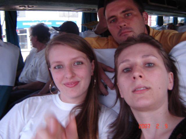 Clarice, Liciane e Ricardo Roling, no ônibus.