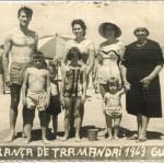Família de Adelino Dametto na praia de Tramandaí – RS. Crianças: José Antonio, Rui, Maria Regina e Eliane. Atrás: Adelino, empregada, Catharina Zanatta (de Tapejara), Emília Bertotto (mãe de Maria Santina Bertotto).