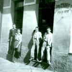 Casa João Chies Primo, Armazém Cristal, Caxias do Sul – RS. Da esquerda para a direita: desconhecido, Ivo Chies, Edino Chies e Eloy Chies.