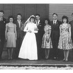 Catarina Dametto e Leonir Roversi com padrinhos e madrinhas de casamento: prima Pascoalina e primo Genuino Dametto, cunhados Hermenegilda Ferrari e Jandir Roversi, Lídia Ferrar e Claudino Roversi, irmã Elzira Dametto e Aldoir Oneda. Anta Gorda - Rs, 29/09/1962.