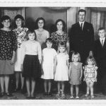 Família Antonio e Amélia Dametto. Na frente: Clara Inês, Ana Rita, Genoveva, Vera Lúcia e Dolores. Atrás: Mercedes Joana, Maria Josefina, Olga Terezinha, Amélia e Antonio, Carlos Francisco.