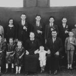Família José Dametto e Maria Simon Dametto – 25 anos de casamento (1932). 1a fila: Filotéa, Orélia, Rosa, Maria, Orestes, José, Fidélis, Antonio. 2a fila: Angelina, Orsolina (nora), Roberto, Elias, Angelo, Francisco, Victor.