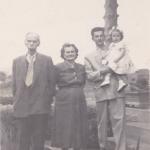 Ferdinando Dametto, sua filha Thereza Dametto e neto Ivo Chies com Jocelei no colo, quatro gerações (c.1953).