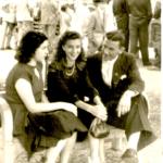 Ivo Chies e Geni Catherina Storchi (no meio), em frente à igreja matriz de Caxias do Sul – RS.