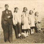 Filhos de Giosuè e Assumpta: Olívio, Adelino, Sabina, Olga e Lírio – na frente da casa do Lote 8, Linha Doze, Carlos Barbosa – RS.