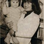 Luzia Yukiko Yano com o filho Marcos Dametto. Medianeira - Pr, c. 1979.