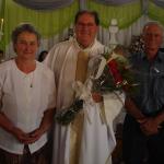 Pe. Miguel Dametto entre a cunhada Lurdes Bettoni e o irmão Hermínio Dametto.