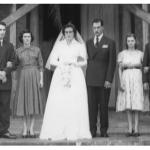 Nilda Dametto e Armando Carissimi com padrinhos e madrinhas de casamento:  Danilo e Corona Dametto (à esquerda), Alecio e Nelia Carissimi (à direita). Na frente da igreja matriz de Tapejara, em construção.