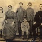 Família de Valentim e Victoria: Antonina, Victoria (mãe), Angelo Eugenio, Eugenio, Valentim (pai), Gentil Armando (sentado).