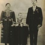 Assumpta Zanatta e Giosuè Dametto com o primeiro filho, Olívio Silvestre (*26/11/1920). Casaram-se no dia 07/02/1920 e moraram sempre na Linha Doze, Carlos Barbosa – RS.