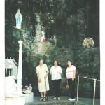 Visita à gruta de Nossa Senhora de Lourdes em Erval Velho – SC. Fermina, Dirce (nora, esposa de Onofre) e Inês Fontana (cunhada, viúva de Olívio Zanatta).