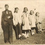 Filhos de Giosuè Dametto e Assumpta Zanatta, em frente à casa do Lote 8, Linha Doze: Olívio Silvestre, Adelino Redemptor, Sabina Eugenia, Olga Joana e Lírio Antonio.