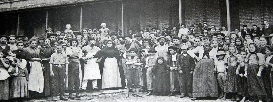 Imigrantes em frente à Hospedaria do Immigrante, c. 1890.