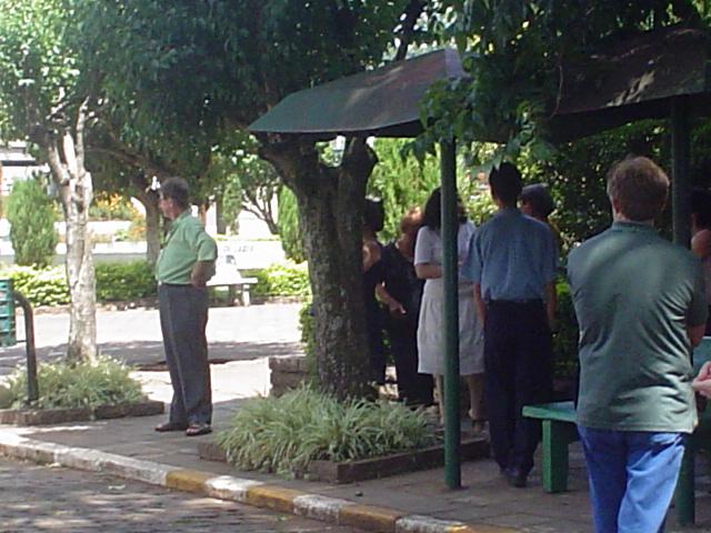Aguardando o ônibus após o Encontro da Família.