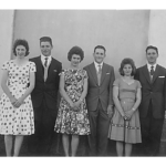 Casais: Catarina Dametto e Leonir Roversi, Hermenegilda Ferrari e Jandir Roversi, Lídia Ferrari e Claudino Roversi. Em frente à capela da Linha Quarta, Anta Gorda - RS, c. 1961.