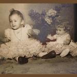 Eliane Teresinha Dametto (*14/03/1961) - vestidos seu e da boneca feitos pela mãe, Maria Santina Bertotto.
