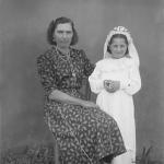 Ema Cecília Dametto - primeira Eucaristia, com a madrinha tia Rosa Dametto.