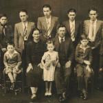 Família Cecília Dametto e Ricardo Baseggio. Sentados: Nelson, Cecília Dametto (mãe), Inês, Ricardo Baseggio (pai) e Delvo. Em pé: Alcides, Ivo, Armelindo, Angelo, Armando, Orlando e Devino.