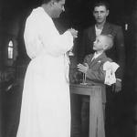 Irio Ângelo Dametto, Pe. Bruno Pariz e padrinho Domingos Ferrari no dia da primeira Eucaristia, capela da Linha Quarta, Anta Gorda - RS.
