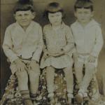 Irmãos Ivo, Nair e Eloi Chies, em frente ao hotel de seus pais, em Arcoverde, c. 1935.