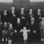 Família de Maria Simon e José Dametto, 25 anos de casamento. Na frente: Filotea, Aurelia, Rosa, Maria (mãe), Oreste, José (pai), Fidélis e Antonio. Atrás: Angelina, Orsolina (nora), Roberto, Elias, Angelo, Francisco e Victor.