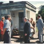 Antiga capela da Família Dametto no cemitério São Silvestre, Linha 12, Carlos Barbosa, onde estão enterrados Angelo Dametto e Angela Luigia Robazza. Na foto, entre os visitantes: Teresinha Cichelero (saia azul marinho) e Adelino Dametto (terno azul claro).