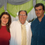 Pe. Miguel Dametto entre Kátia e Davia de Oliveira Dametto, filha e filho de seu irmão Fidélis Antônio Dametto, falecido em 14/01/1982.