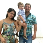 Andrea Vieira Darold e Rodrigo Dametto com o filho Leonardo.