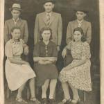 Fermina Zanatta (terceira sentada) e Artemio Domenico Mazaro (terceiro em pé), ainda namorados. Casaram-se no dia 11/09/1943.